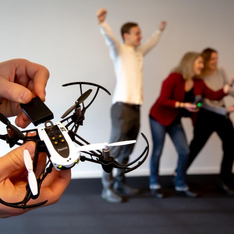 Hvor hurtigt kan en drone egentlig flyve, hvor mange forhindringer kan I komme forbi og hvor præcist kan I lande den. Hvem er teamets bedste til at flyve med drone? Prøv droneflyvning som firmaaktivitet og mærk suset fra propellerne, i en sjov teambuilding konkurrence med moderne legetøj. -
