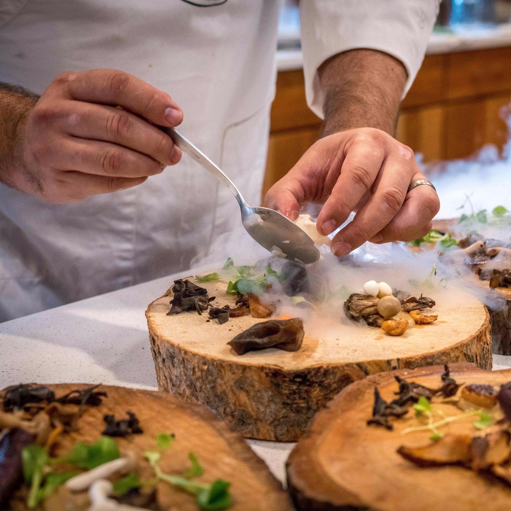 Prøv vores yderst populære og velsmagende kokkeskole, og få gode råd og tips af professionelle kokke. Vi sørger for en sjov og velsmagende teambuilding oplevelse med mad, hvor I sammen skal tilberede, anrette og spise en lækker 3 retters menu. Dyst mod hinanden eller samarbejder som gruppe i jeres egen kogeskole. -