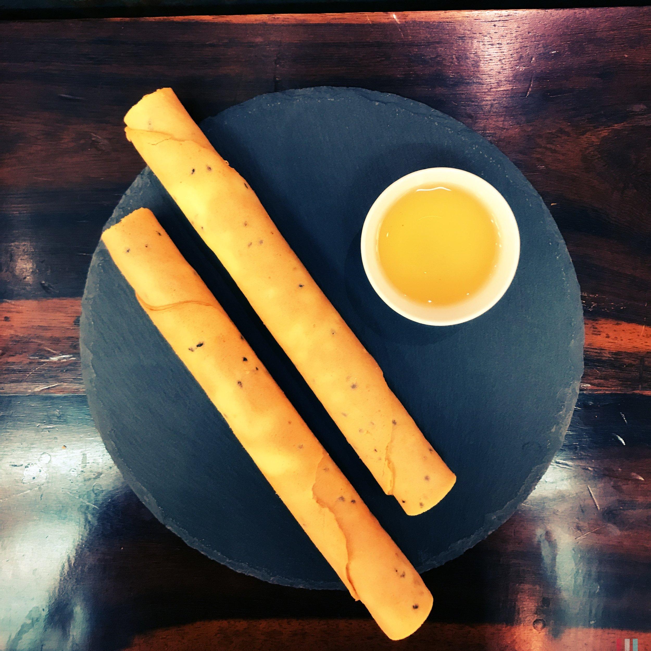 工作累了嗎?美好的 #下午茶 時光,吃個蛋捲,配杯茶,愜意 #afternoontea  #yummy  #有記名茶  #teatime  #takeabreak  #奇種烏龍  #絕配