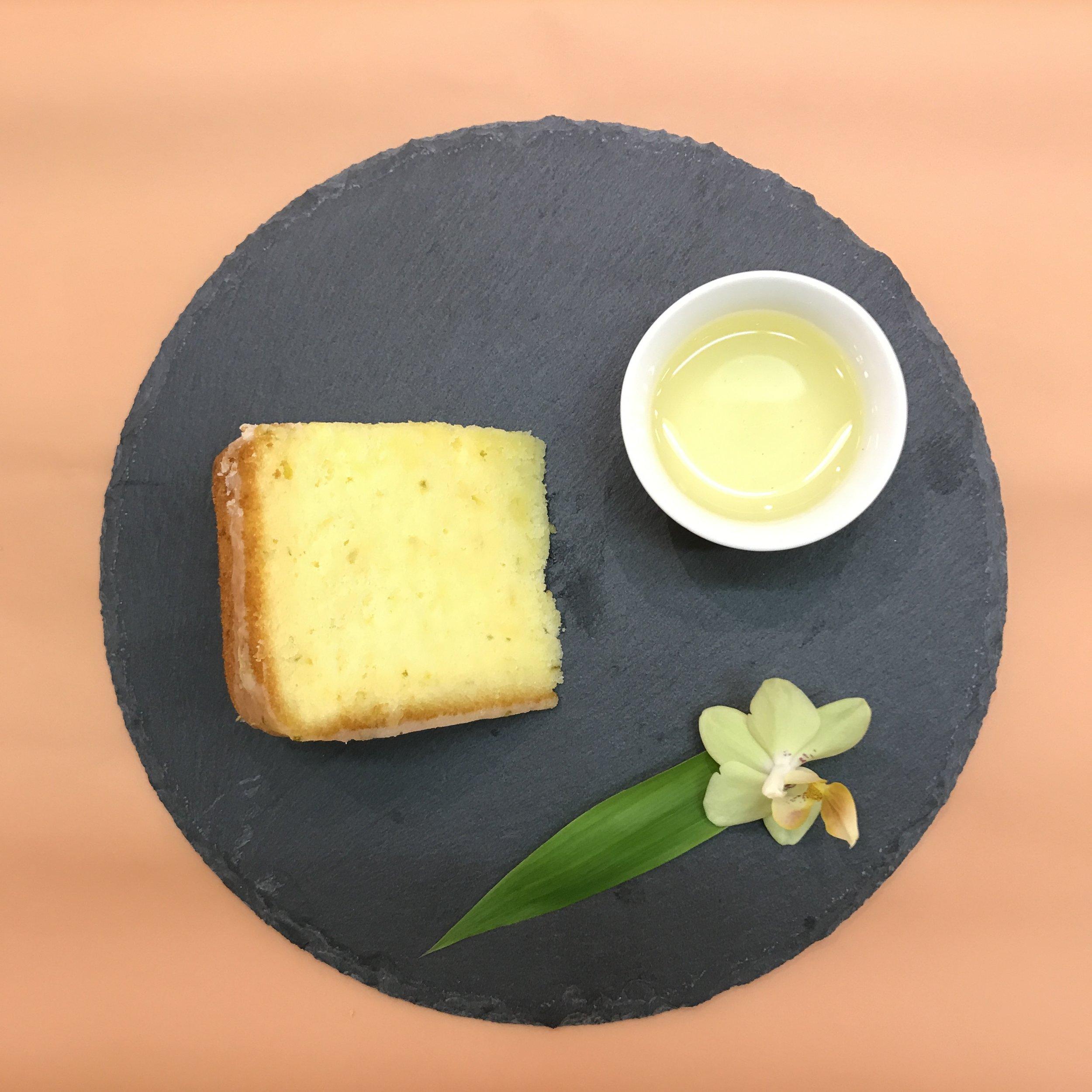 今天的下午茶時光吃的是什麼呢?老奶奶檸檬蛋糕,酸酸甜甜的滋味配上一杯冷泡的文山包種,在融合的過程當中,提升花的香氣與蛋糕的質感,重點是,這是有記名茶夥伴的 #手作蛋糕 ,上面那層糖霜根本就是甜點店等級的啊,據可靠消息指出成本「不敢算」。 #下午茶  #下午茶時光  #afternoontea  #teatime  #takeabrake  #文山包種  #檸檬蛋糕  #🍋  #夥伴好棒棒  #👏