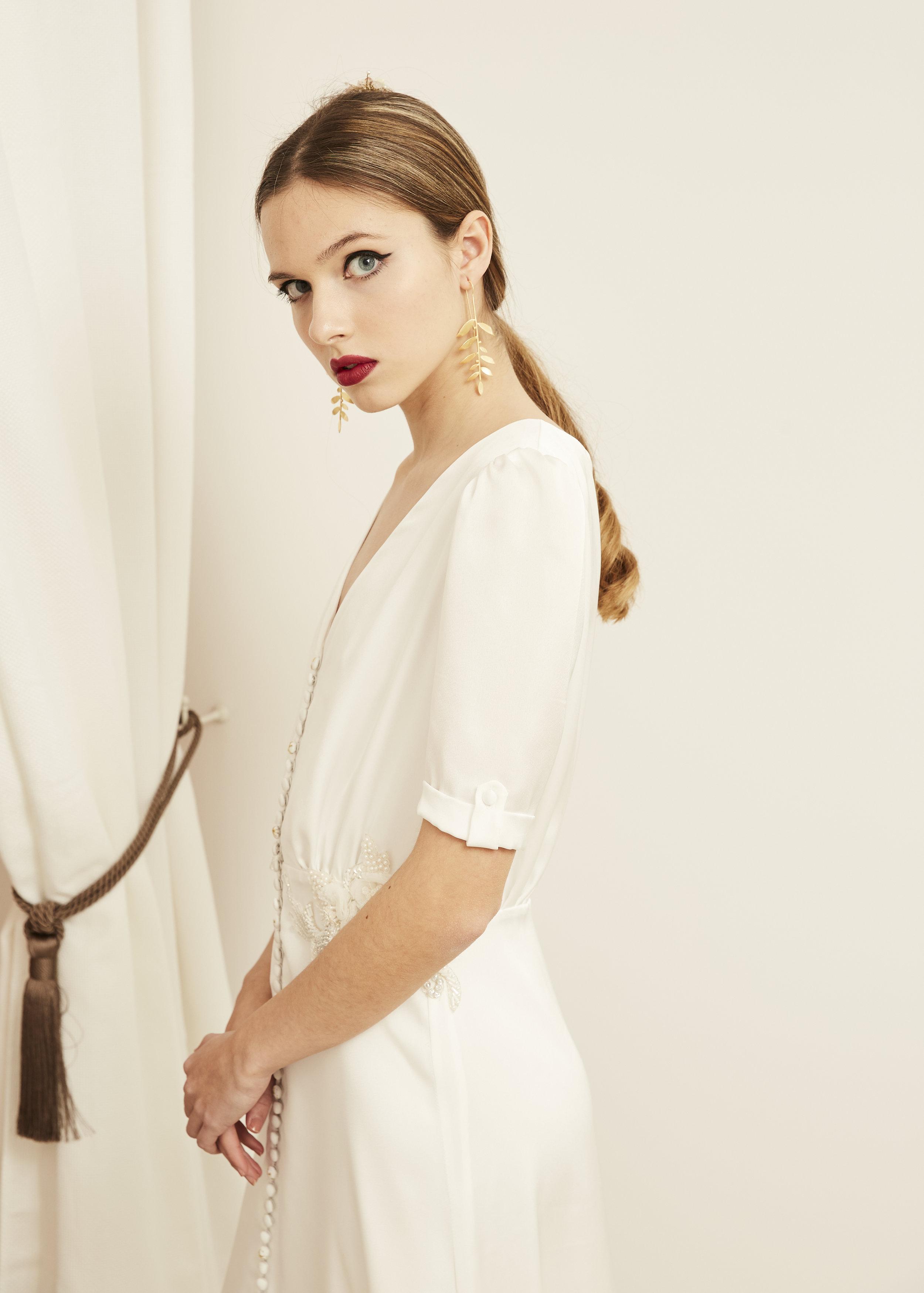 Andrea  con vestido camisero de novia ·H e s p e r i a·  @lauralomasdesign   Pendientes: @acus_complementos  modelo: ✨Baobab✨   ♥️  Foto: @maritutunni  Maquillaje: @tespin.makeup