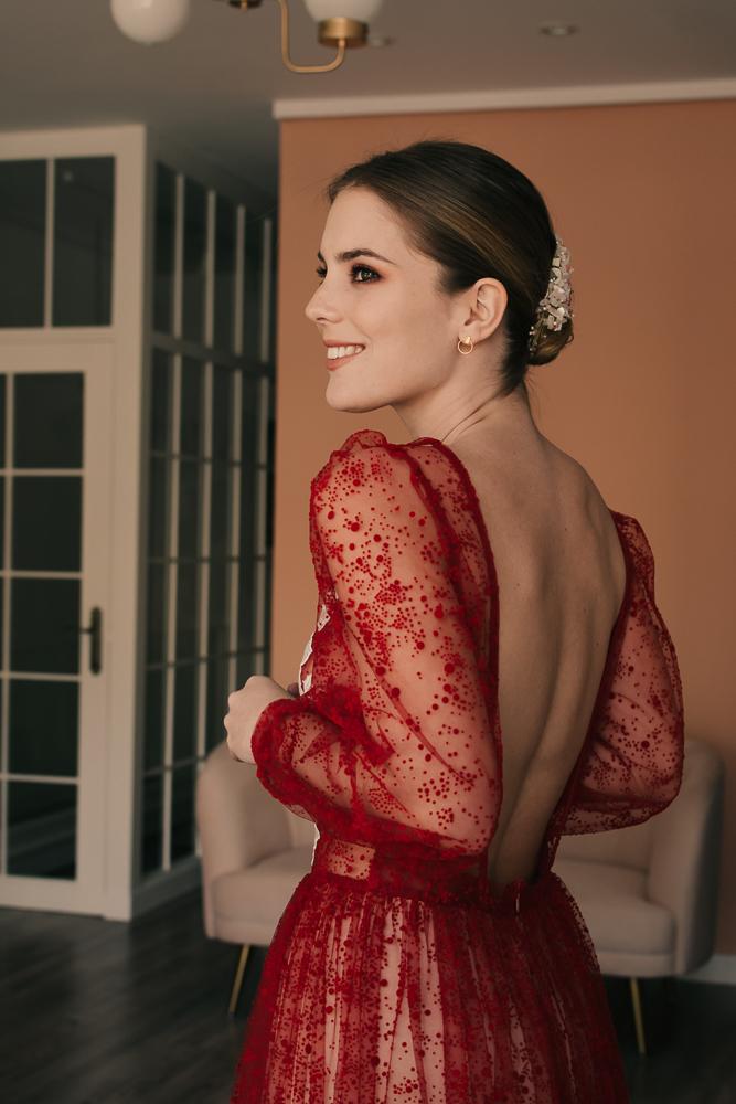 Michelle  con vestido de novia en rojo · Y a l a t e a·  @lauralomasdesign   Peineta:  @cocoluco  modelo: Quarz.  Pendientes: @acus_complementos  modelo: ✨AROS EIGHT✨ ♥️  Foto: @taliann_  Maquillaje: @tespin.makeup
