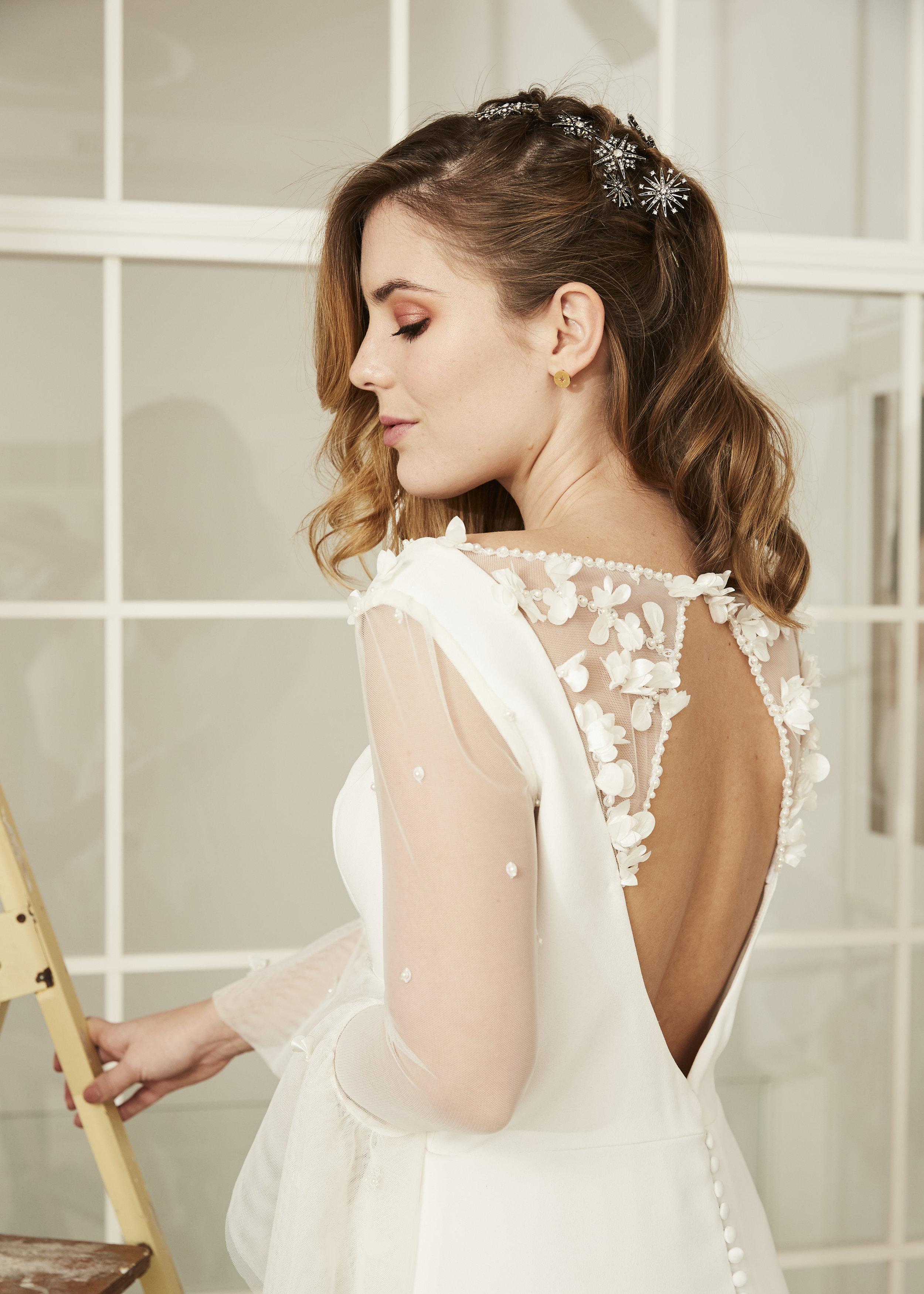 Michelle  con vestido de novia · E v a r n e·  @lauralomasdesign   Estrellas:  @jimenarilova   Pendientes: @acus_complementos   ♥️  Foto: @maritutunni  Maquillaje: @tespin.makeup
