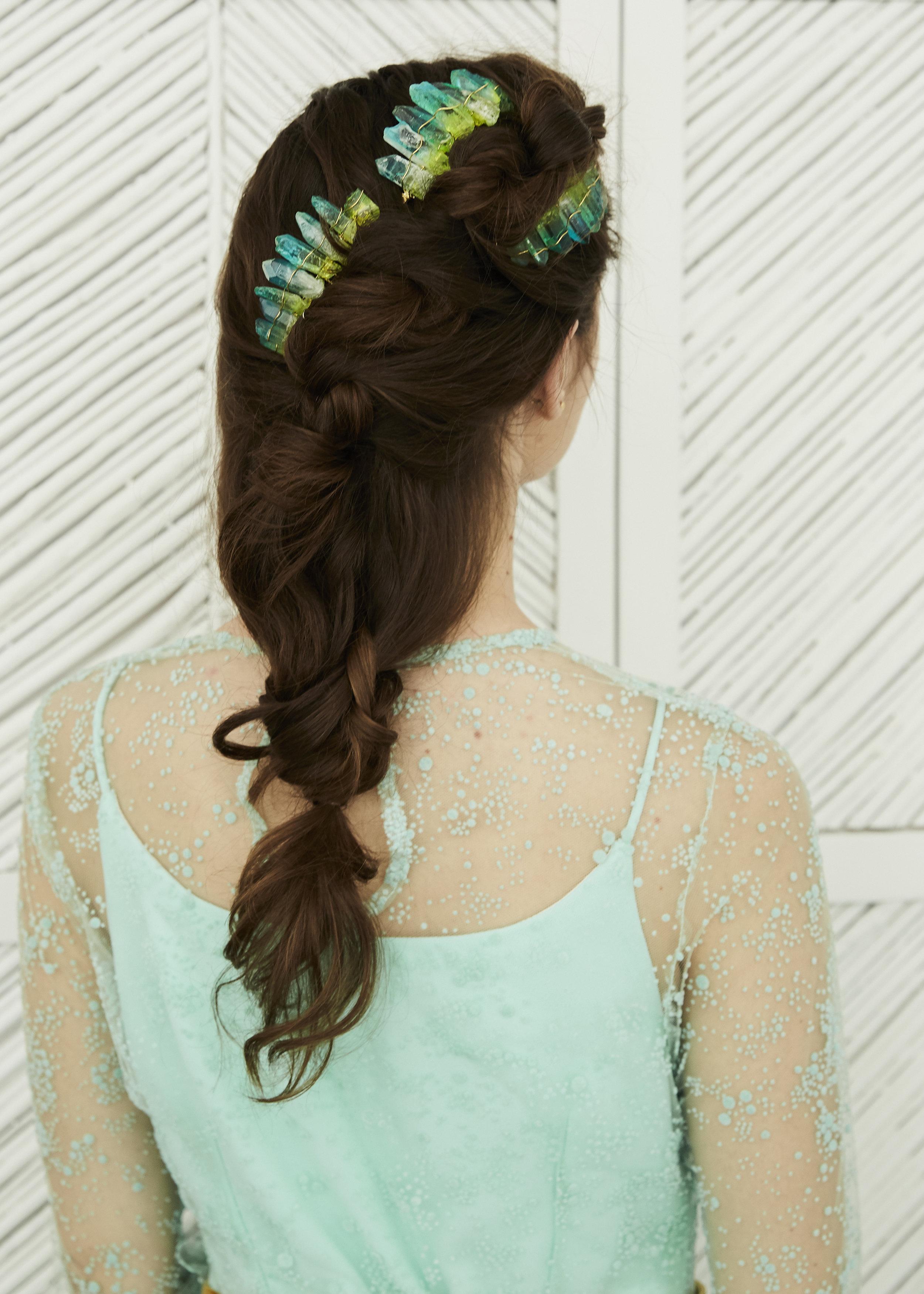 Irene con vestido en plumeti azul aqua ·S a o·  @lauralomasdesign   Tocados:  @jimenarilova   Foto: @maritutunni  Maquillaje: @tespin.makeup