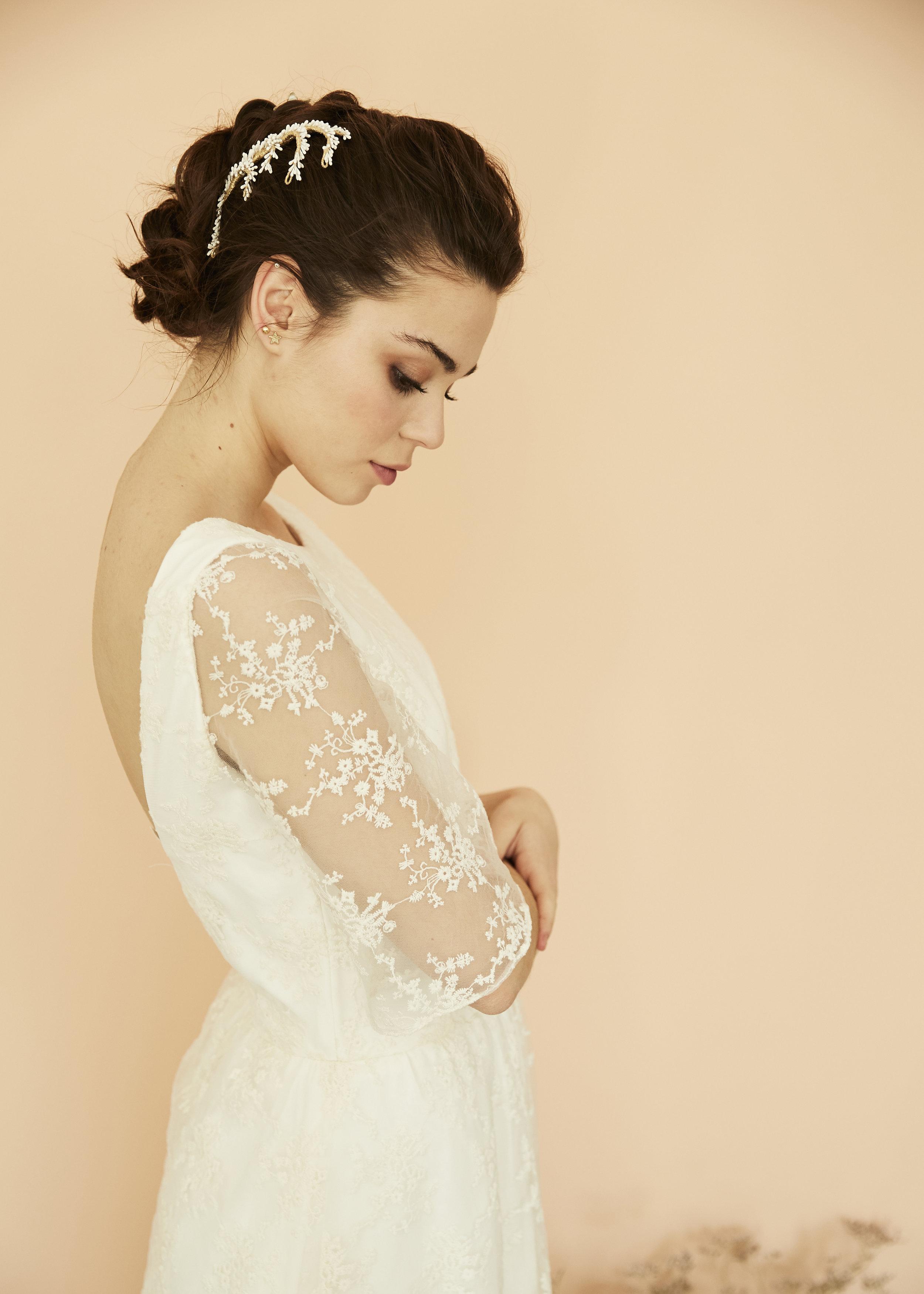 Irene con vestido · T o d é · @lauralomasdesign  Tocado de  @alophila  modelo: ✨ tocado Marta  Pendientes: @acus_complementos  modelo: ✨Gold star✨ ♥️  Foto: @maritutunni  Maquillaje: @tespin.makeup