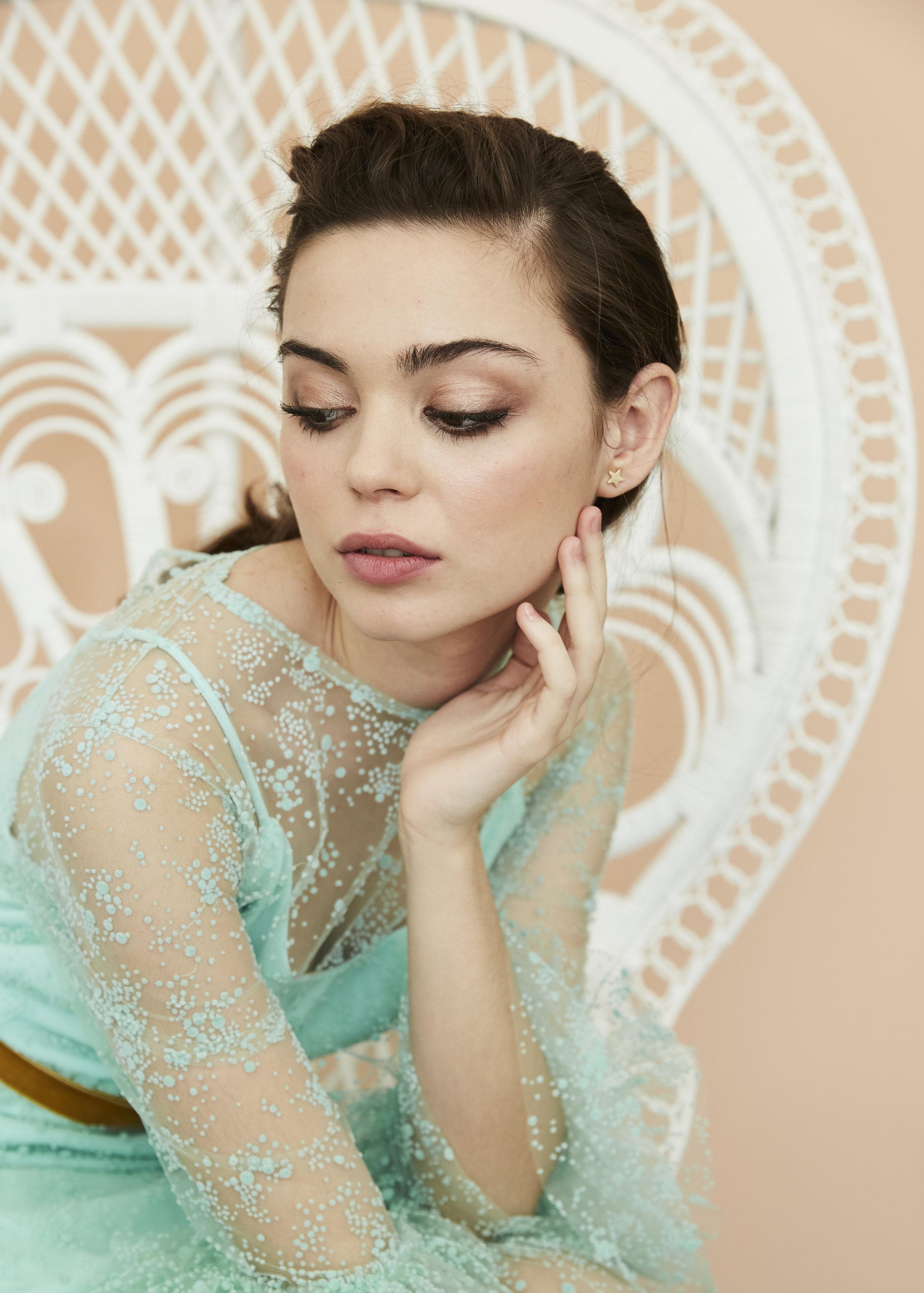 Irene con vestido en plumeti azul aqua ·S a o·  @lauralomasdesign   Pendientes: @acus_complementos  modelo: ✨Gold star✨   ♥️  Foto: @maritutunni  Maquillaje: @tespin.makeup