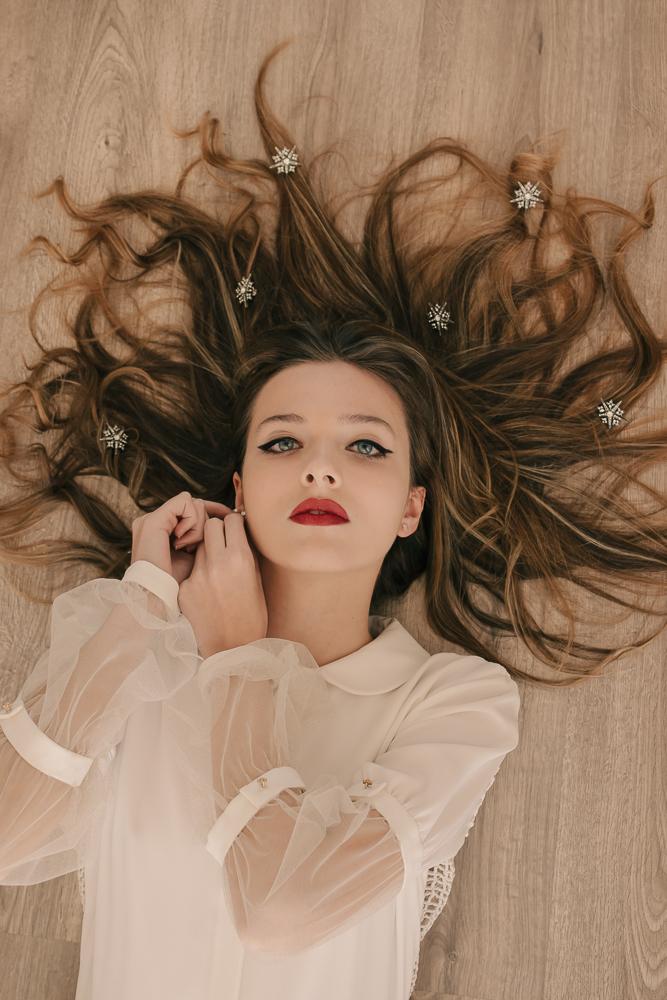 Andrea con vestido camisero enrejado ·B e r n i s a·  @lauralomasdesign   Estrellas:  @jimenarilova   Pendientes: @acus_complementos  modelo: ✨Gold star✨  ♥️  Foto: @taliann_  Maquillaje: @tespin.makeup