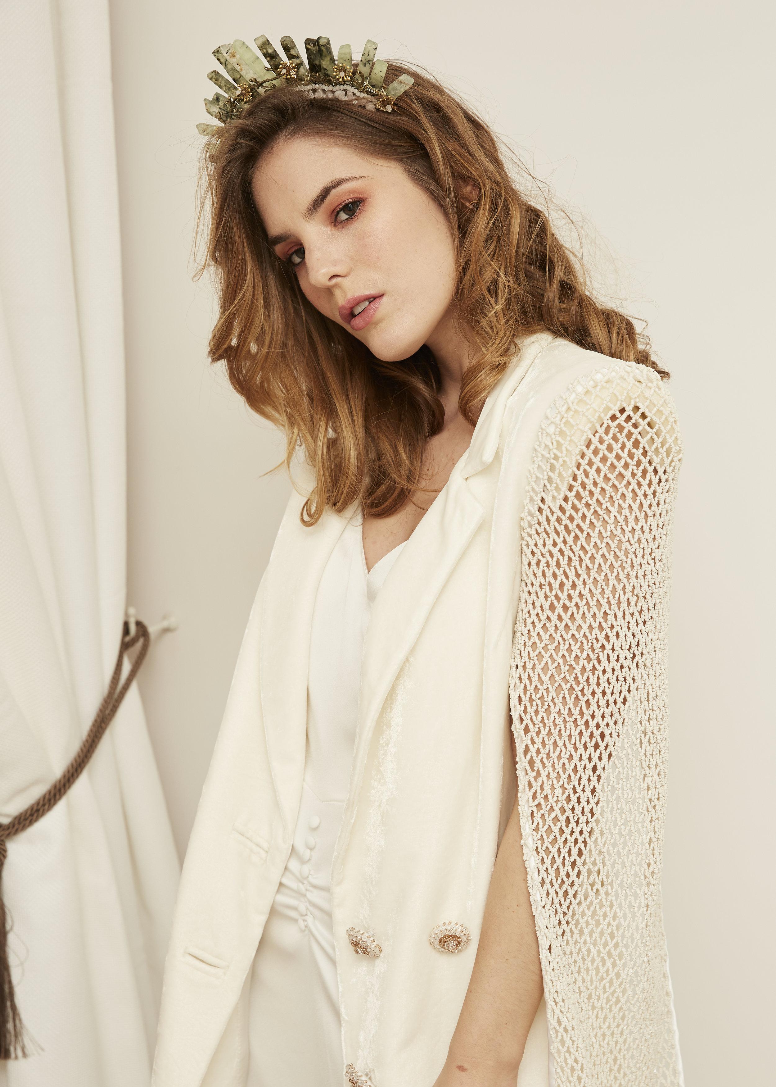 Michelle  con chaqueta en terciopelo y pedrería · Y e i ·  @lauralomasdesign   Peineta:  @cocoluco  modelo: Rocío.  Pendientes: @acus_complementos  modelo: ✨AROS EIGHT✨  ♥️  Foto: @maritutunni  Maquillaje: @tespin.makeup