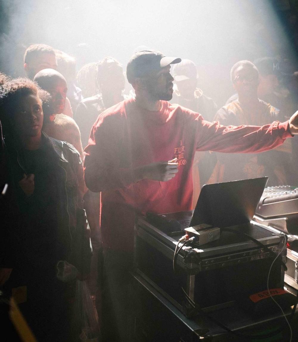 backstage-at-kanye-wests-msg-show-879-1455286437-size_1000.jpg