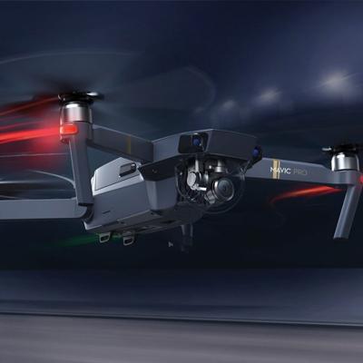 DJI Mavic - Este drone veio para acabar com a ideia de levar equipamentos grandes e pesados, pois é incrivelmente prático de transportar. Para quem está pensando em usar um drone na viagem, definitivamente essa é a melhor opção por contar com uma excelente qualidade de imagem sem comprometer a praticidade. Sempre dê uma olhadinha nas regras e leis locais para utilizar drones. Bateria dura em média de 25 minutos.