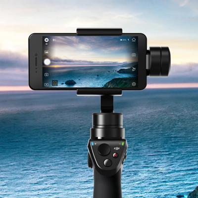 DJI Osmo Mobile - Quer deixar seu vídeo com um visual mais cinematográfico? Esse é o caminho. Com esse ajudante, aquela filmagem caminhando vai parecer uma produção de Hollywood. Usando esse gimbal, o seu smartphone vai ter a estabilidade de uma câmera profissional.