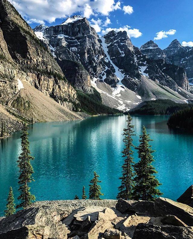 O lago Moraine fica no Parque Nacional de Banff, no Canadá e é Patrimônio da Humanidade, listado pela Unesco em 1985. Situado nas montanhas Rochosas, na província de Alberta, Canadá 🇨🇦 Pic by: @benmaundvisuals . . . . #canada #lake #montain #nature #adventure #trip #morainelake #vacation #photography #photographer #photooftheday #picoftheday #bloggerslife #travelblogger