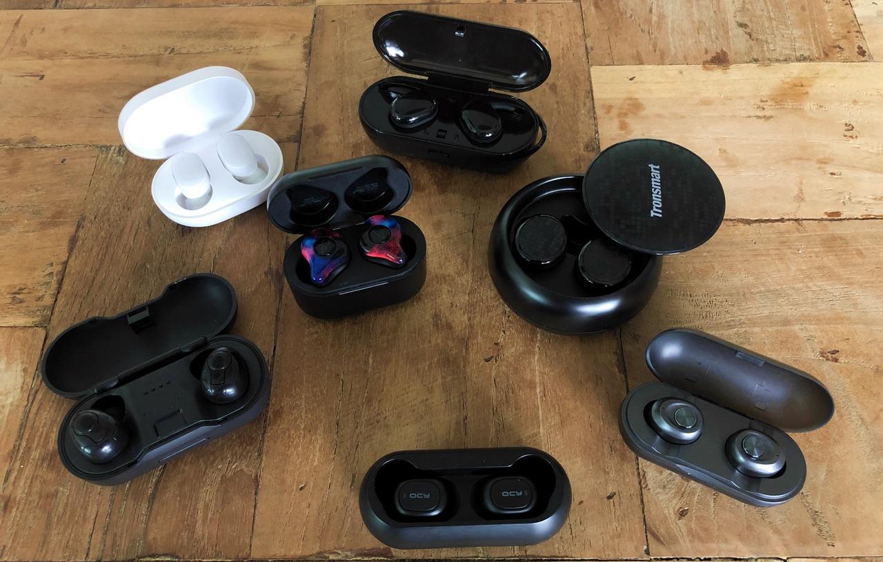 DFOI AirBuds (linksonder), Xiaomi AirDots (wit), Sabbat X12 Pro (gekleurd), JT-T2C (bovenaan). Ontbrekend: Mpow T6.