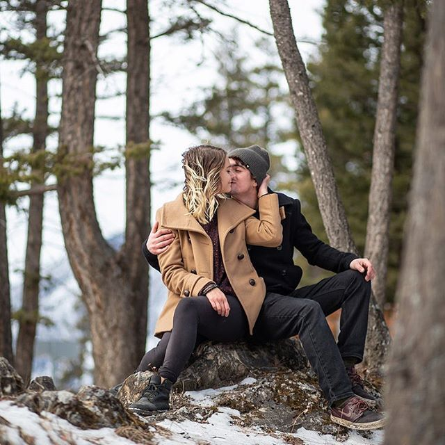 I can't be the only one missing a little dusting of snow on everything and having to cuddle close to keep warm, am I right? Comment below if snow is one of your favorite things! ⬇️❄️🗻 #seattle #Seattlecouple #pnw #seattleweddingphotographer