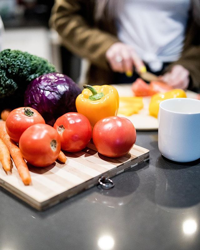 Include more colour in your meals! Fruit and vegetables contain large amounts of vitamins and minerals that help prevent heart disease and boosts your immune system. 🍅🥦 | #heartlife #heartlifecanada