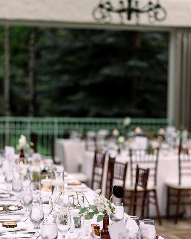 Simple elegance...⠀ Photo | @clancey ⠀ Venue | @sonnenalpclub #vailweddingdeck