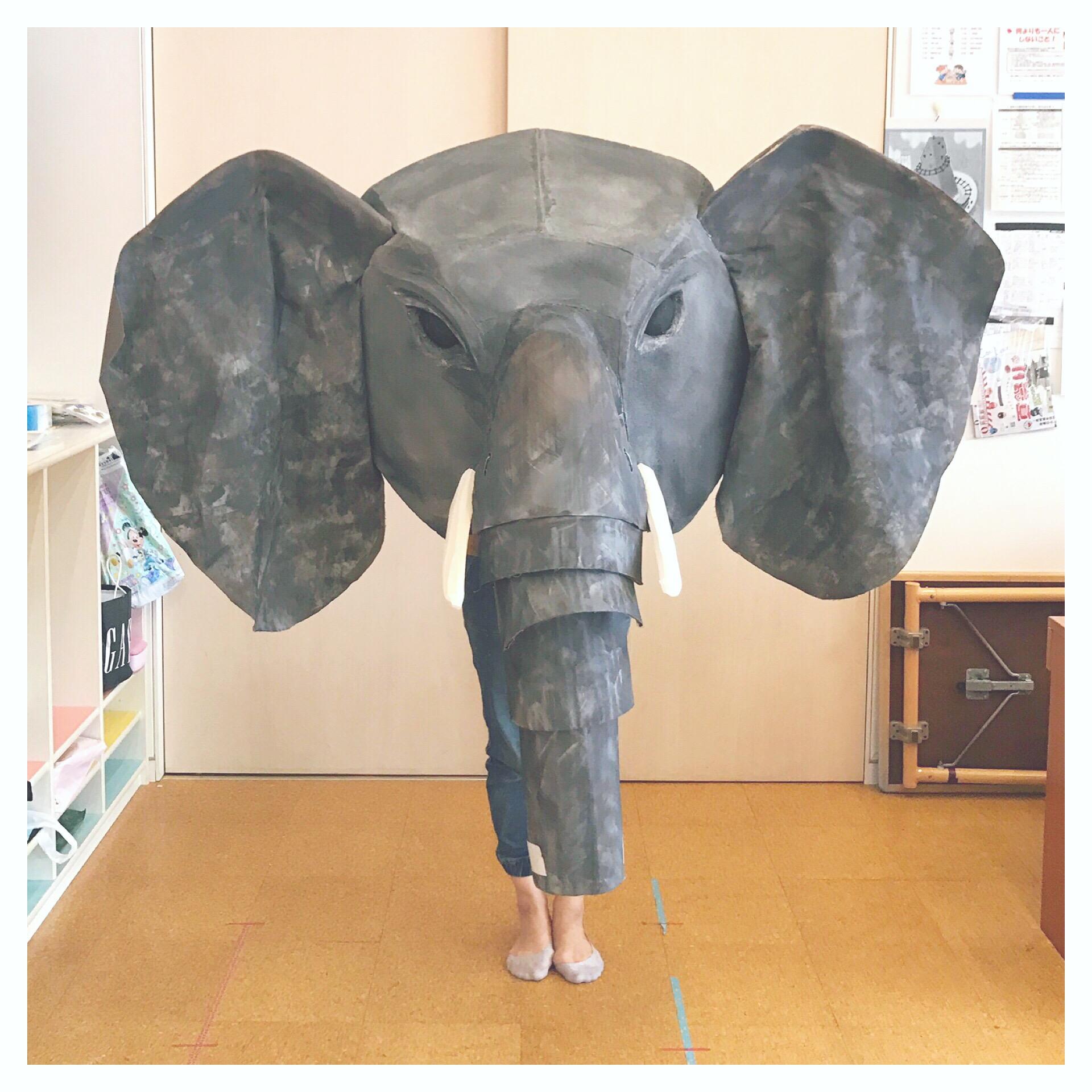象は舞台に映えるように大きめに作りました!耳は布にしてひらひら。鼻は裏にゴムを仕込んで長〜くしたりできるんですよ。