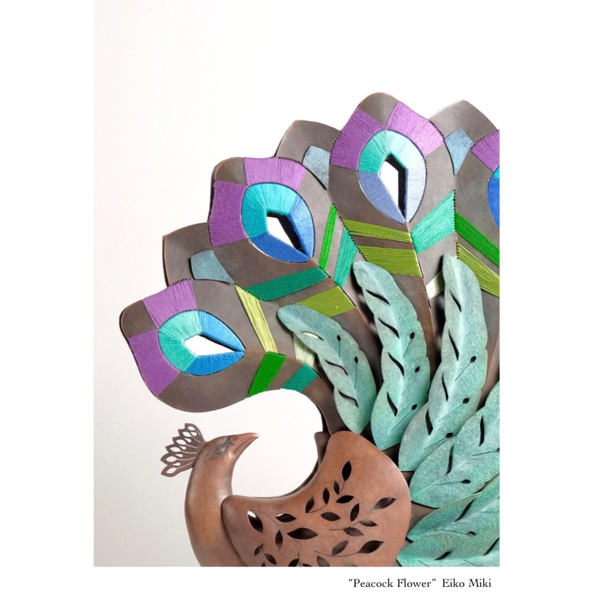 世界の自然や生き物たちのつながりをテーマに、金属と糸を組み合わせた造形で表現しています。