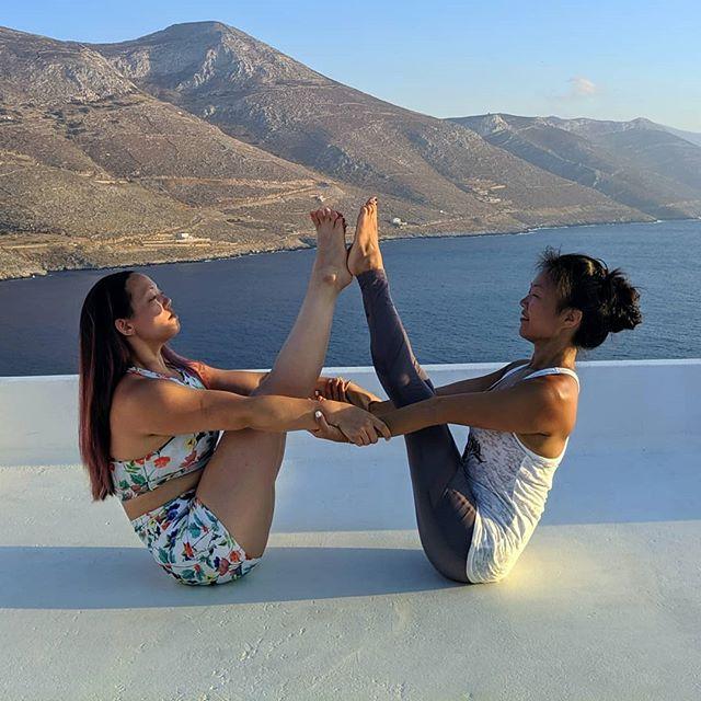 Yoga with friends makes everything fun! 😘🙏 . . . . . . .  #amorgos #aegialishotelspa #yoga #yogaeverydamnday #practiceandalliscoming #retreatlife #loveandalliscoming #practiceandalliscoming #partneryoga #boatpose #handstand #yogalove #yogaretreat #cassandrafosteryogaretreats #missionhillyogaretreats #greeceyogaretreat