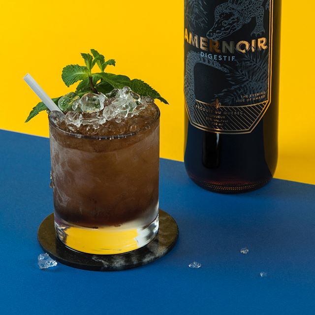 Aussi sombre soit-il, l'amaro Amernoir de la @distillerie.mariana donne une fraîcheur toute en douceur à ce Mint Julep Noir.🌿👌 ~ 1oz Amernoir 1.5oz bourbon @bulleitwhiskey 0.25oz sirop simple Branche de menthe