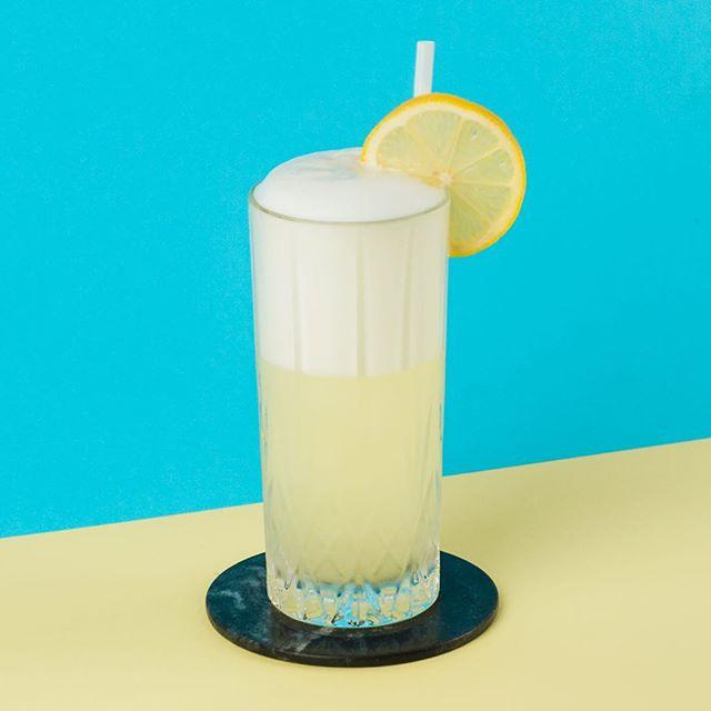 La beach en plein janvier avec un gin fizz.🌞🌊 ~ 2oz gin forestier Canopée 3/4oz jus de citron frais 3/4oz sirop simple 1 blanc d'œuf Top avec du club soda