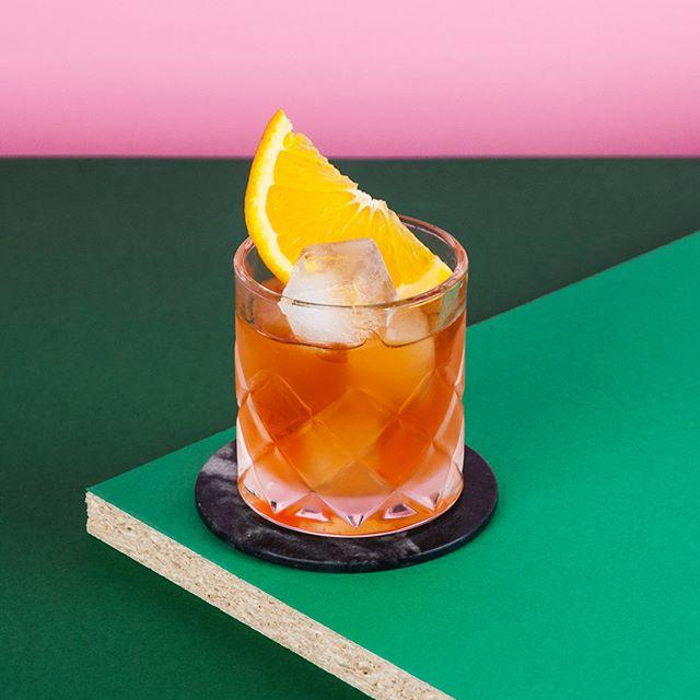 Negroni sur l'amer. L'Amermelade de @distillerie.mariana et le @caperitif au lieu du vermouth donnent ensemble une amertume dont on ne se tanne pas! 🍊🤩 ~ 1oz @tanqueraygin  1oz Amermelade 1oz @caperitif  1 quartier d'orange