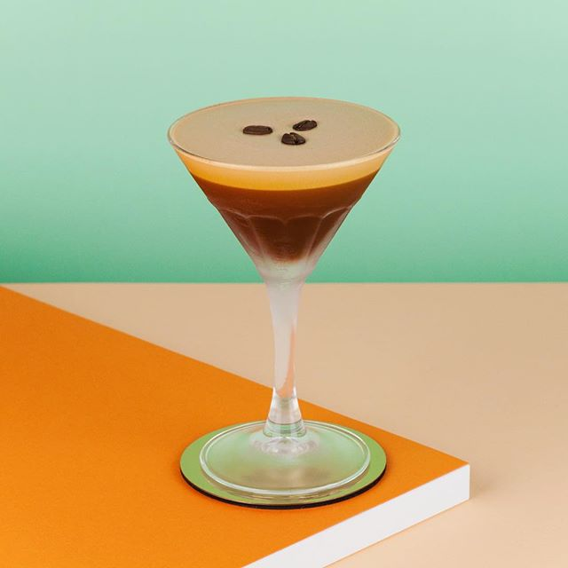 Une petite twist à l'orange sur l'espresso martini que nous servirons vendredi et samedi au @lovee_in 2018, cheers!☕️🍸 ~ 1oz espresso @zabcafe Guatemala 1oz @belvederevodka  0.5oz sirop d'orange maison 3 dash amers au café  @sombreetamer