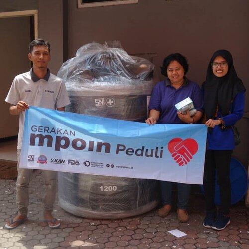 MPOIN Peduli membantu Yayasan Pondok Hayat dengan tangki tandon toren air MPOIN PLUS hitam berukuran 1200 Liter.