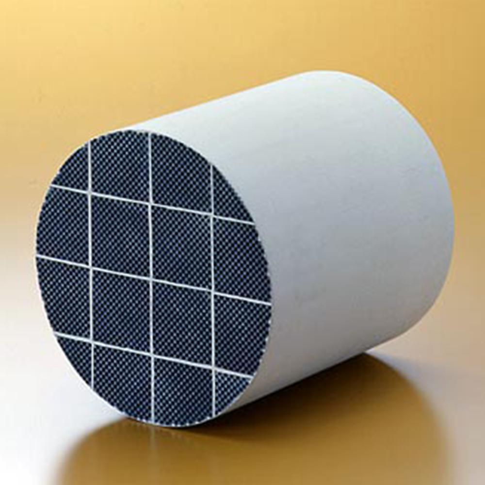 Filtersubstrat av kiselkarbid. Fyrkantiga enheter sammanfogas och skärs till vald form.
