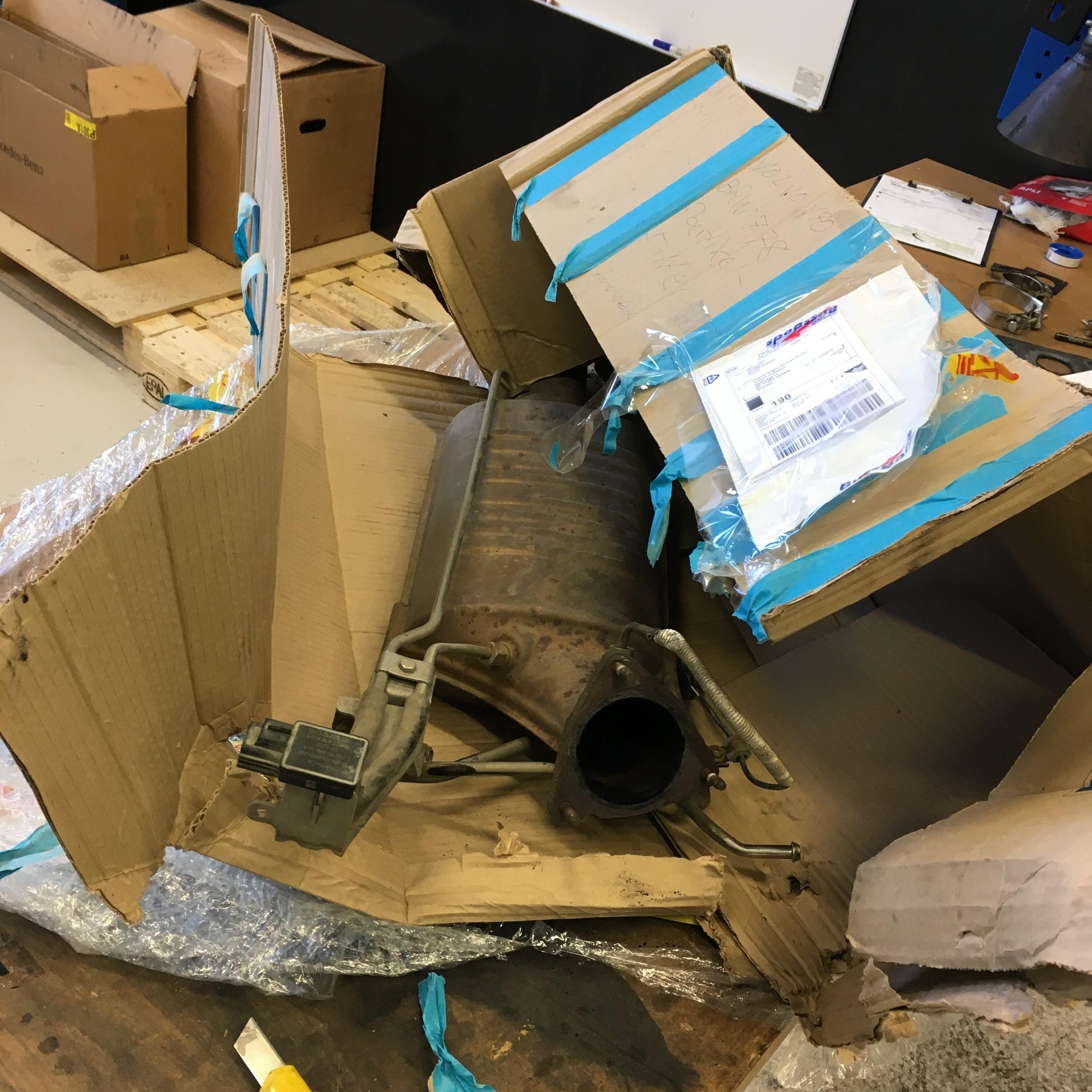 Ett ostabilt paket och i övrigt dåligt förpackat partikelfilter som bl.a. saknar stötskyddande material i kartongen. En extra avgift om 155kr lades på av vår logistikleverantör.