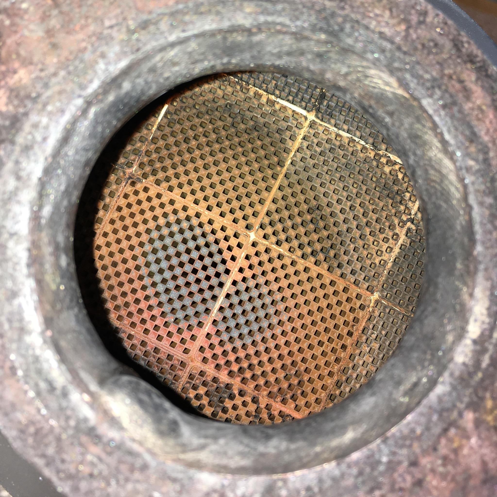 Efter: Flödet genom filtret återställdes helt med rengöringen.Den rödbruna färgen kommer från det additativ (Eolys) som fordonet använder.