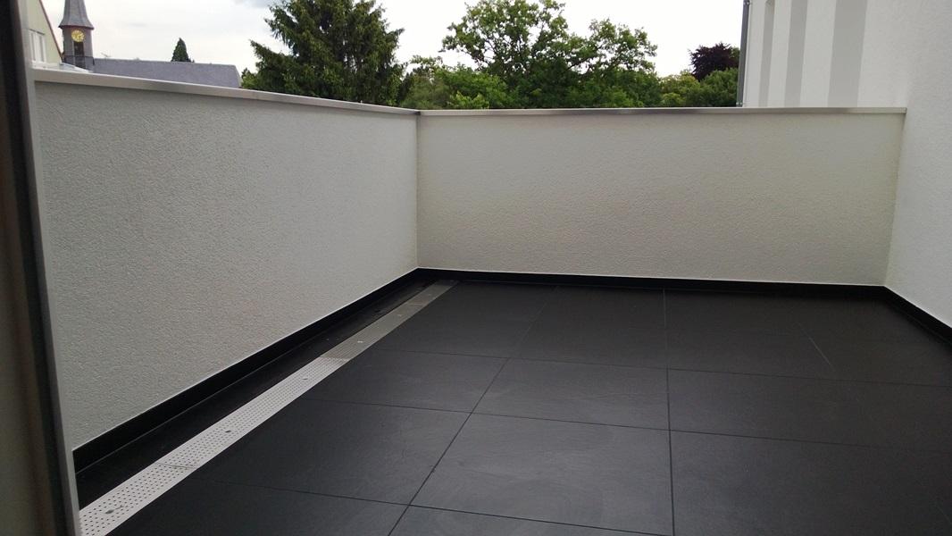 Balkon Balkonanbau Abflusschiene flächenbündig Edelstahlabdeckung.jpg