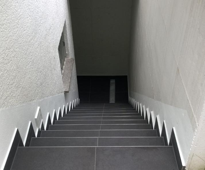 Außenbereich Keller Fliesen.jpg