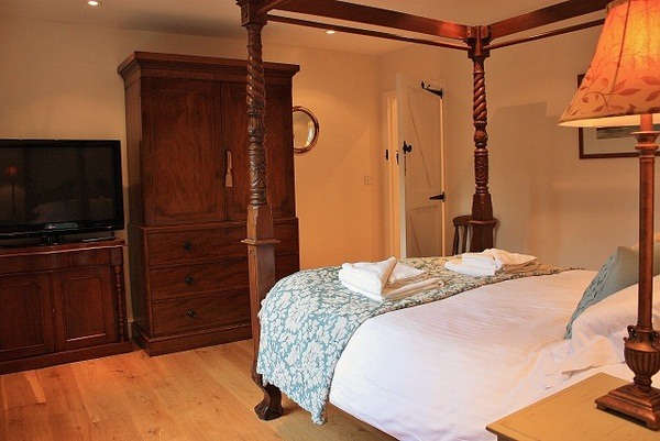 Four poster bed holiday cottage