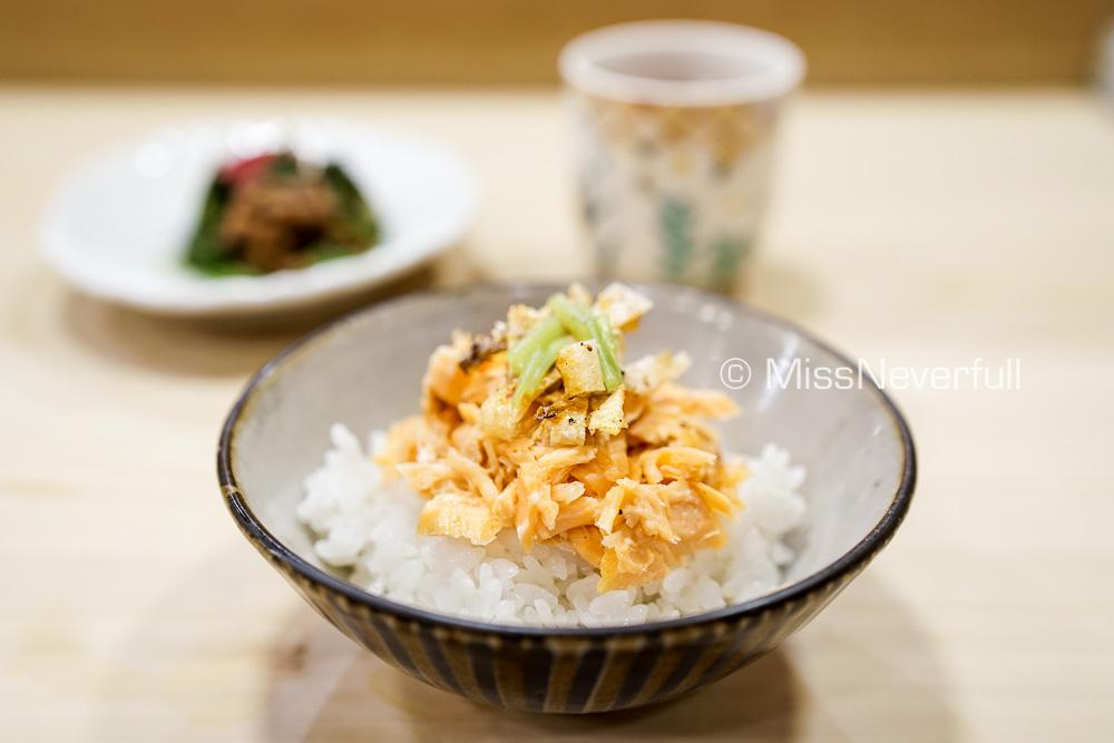 ハラスご飯、香の物 | Grilled salmon belly over rice, served with pickles
