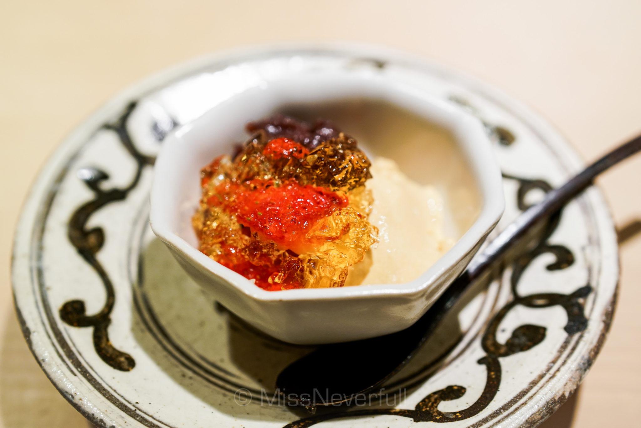 9. 苺 小豆 焦がし砂糖のムース ラム酒ゼリー  Caramel mousse, rum jelly, red bean and strawberry