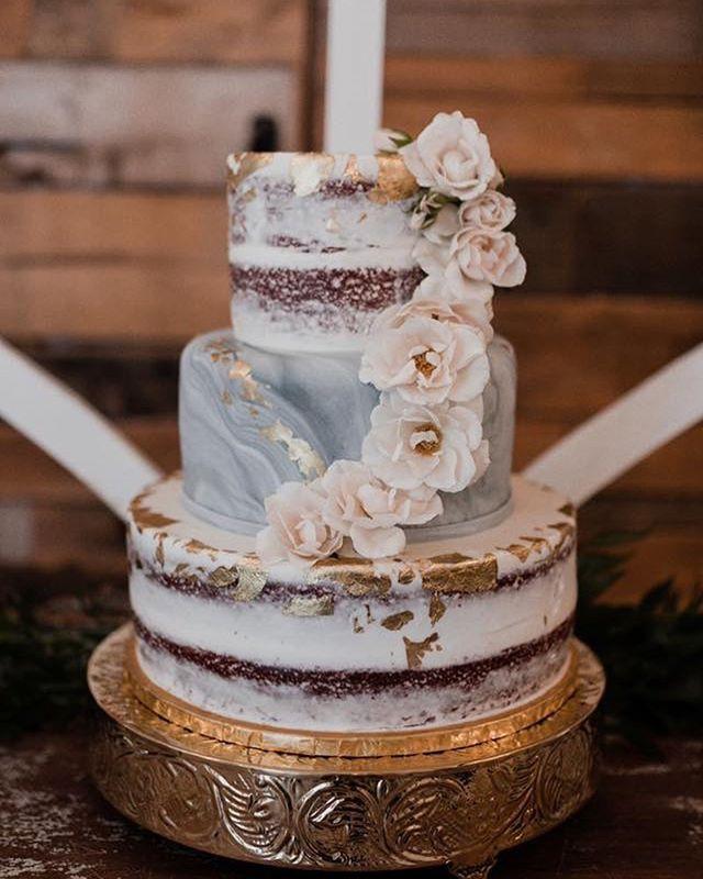 I always love a good cake.  Cake @katee.kakes  Photo: @jessiehuffphoto  Venue: @thepointeweddings  #wedding #cake #bride #groom #oklahoma #bridesofok #mcalester #bloomhouse #florist #weddingcake