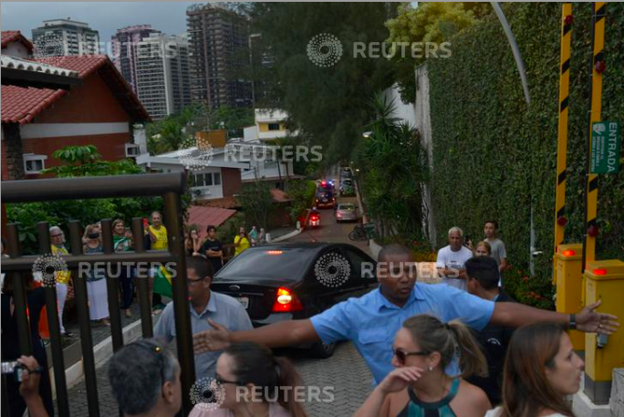 A convoy of cars, transporting Brazil's presidential candidate Jair Bolsonaro, arrives at his house in Rio de Janeiro, Brazil September 29, 2018. REUTERS/Lucas Landau