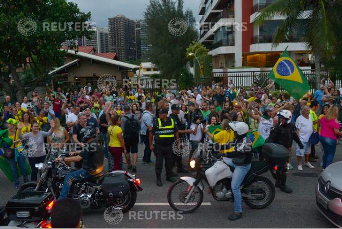 Supporters of presidential candidate Jair Bolsonaro reacts during a pro-Bolsonaro demonstration in Rio de Janeiro, Brazil September 29, 2018. REUTERS/Lucas Landau