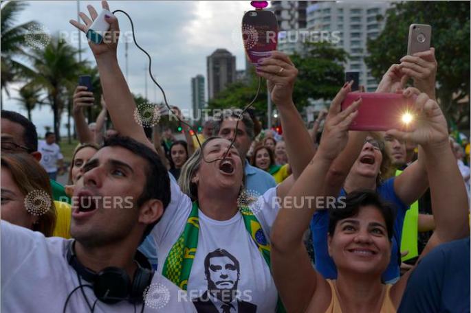 Supporters of presidential candidate Jair Bolsonaro react during a pro-Bolsonaro demonstration in Rio de Janeiro, Brazil September 29, 2018. REUTERS/Lucas Landau