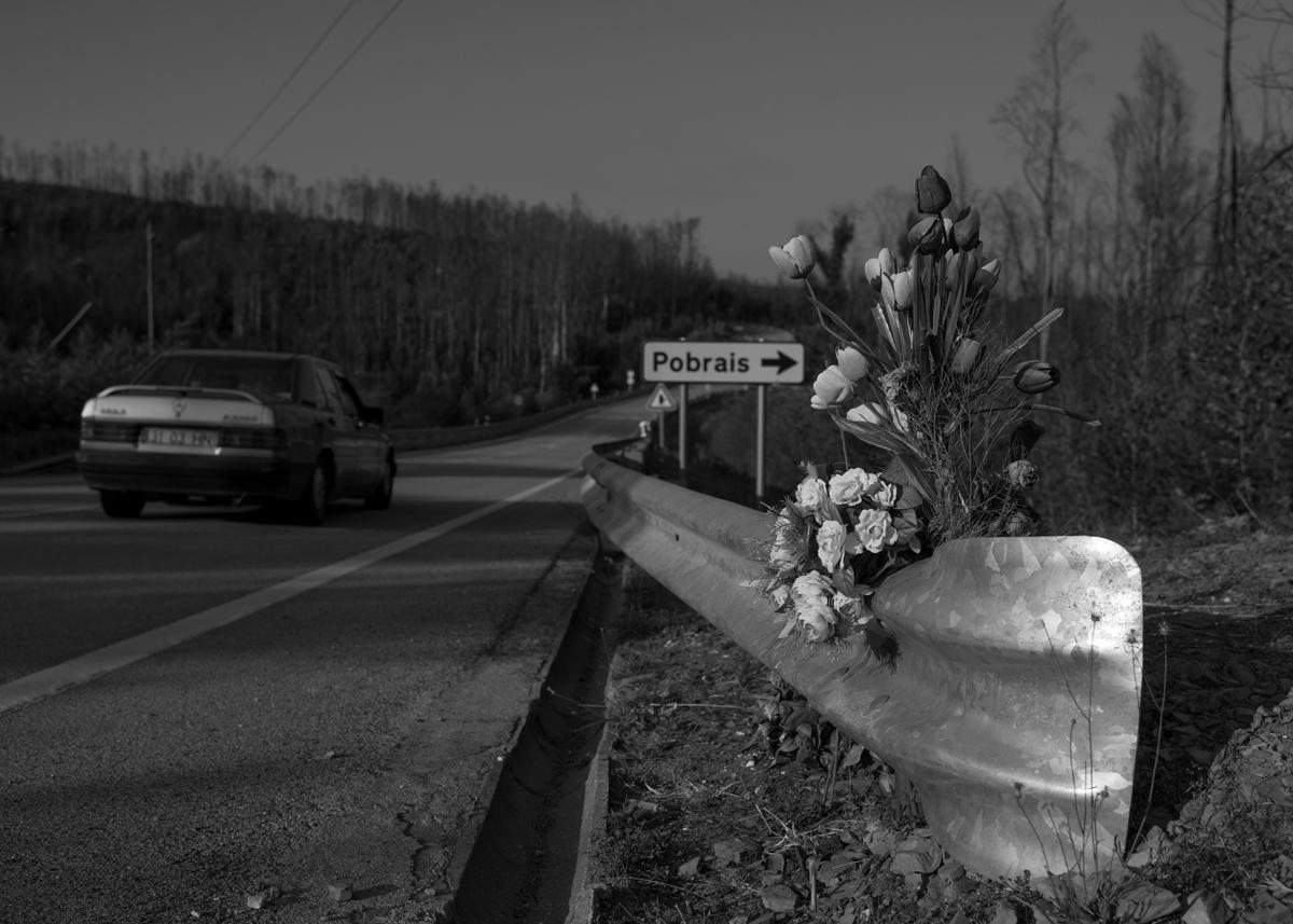Homenagem aos mortos na estrada EN 236-1, na altura da aldeia Pobrais, em Pedrógão Grande, Portugal. Setembro 2018. © Lucas Landau