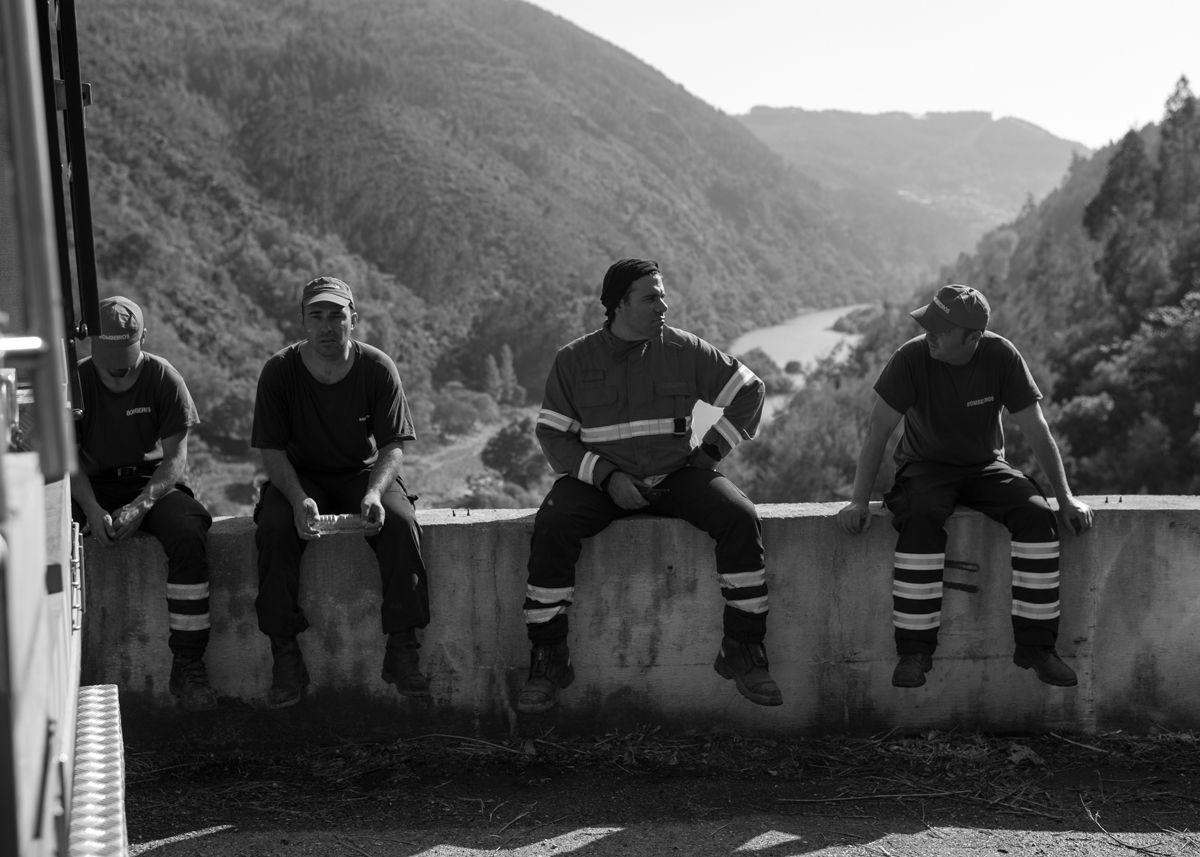 Bombeiros conversam após controlar incêndio florestal na aldeia Penacova, em Lorvão, Portugal. Setembro 2018. © Lucas Landau