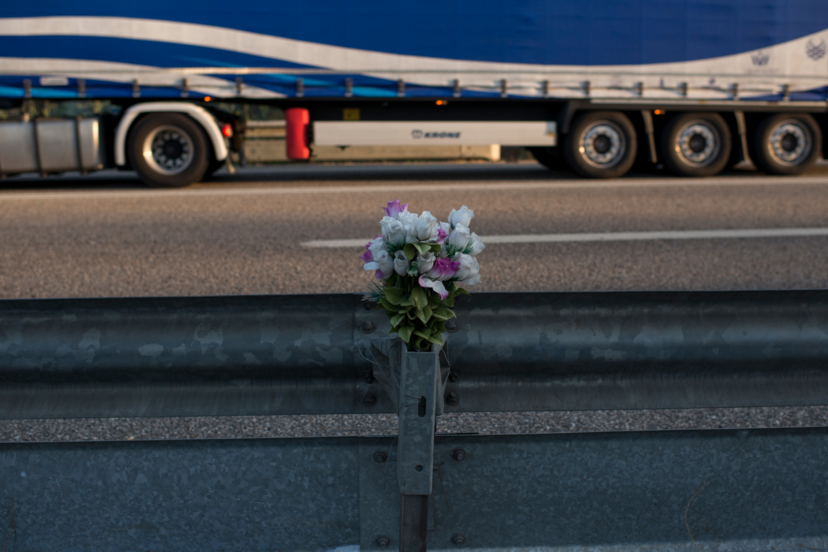 """Na EN 236-1, parentes de vítimas deixaram homenagens na beira da estrada que ficou conhecida como """"estrada da morte"""", em Pedrógão Grande, Portugal. Setembro 2018.  © Lucas Landau"""