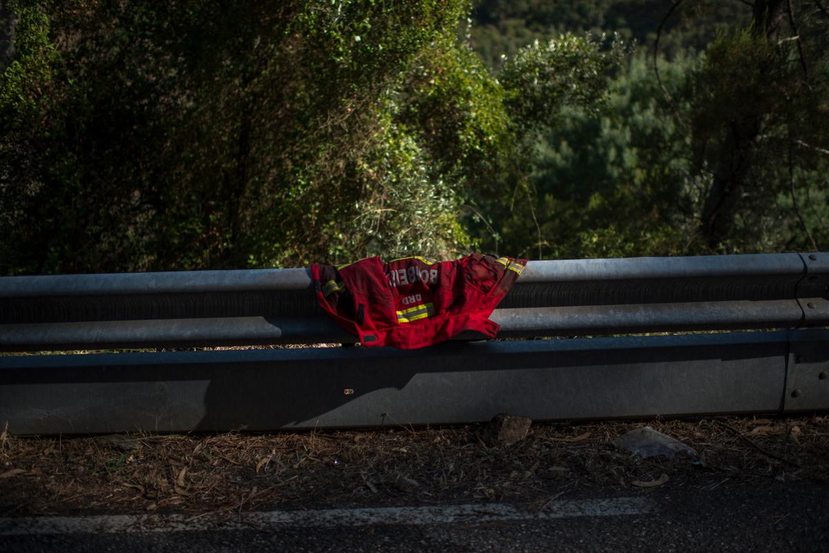 Um uniforme seca no sol após bombeiros controlarem um incêndio florestal na aldeia Penacova, em Lorvão, Portugal. Setembro 2018.  © Lucas Landau