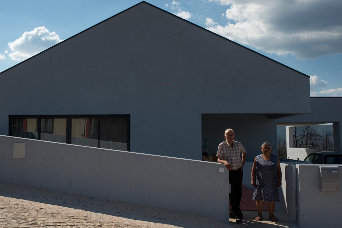 Aires e Isilda Henriques, 79 e 74, em frente à casa reformada pelo governo após perderem totalmente a residência antiga para o fogo, em Figueiró dos Vinhos, Portugal. Setembro 2018. © Lucas Landau