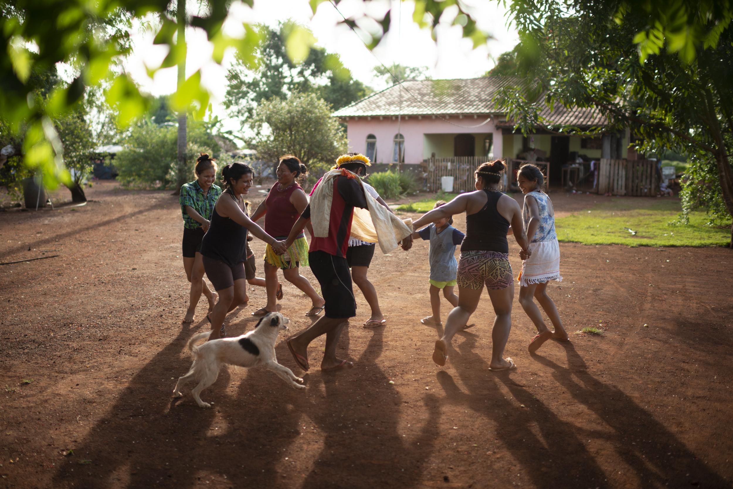Kaiowás e Guaranis dançam guaxiré no tekoha Laranjeira Nhanderú, na região de Rio Brilhante, Mato Grosso do Sul. Dezembro, 2018. © Lucas Landau