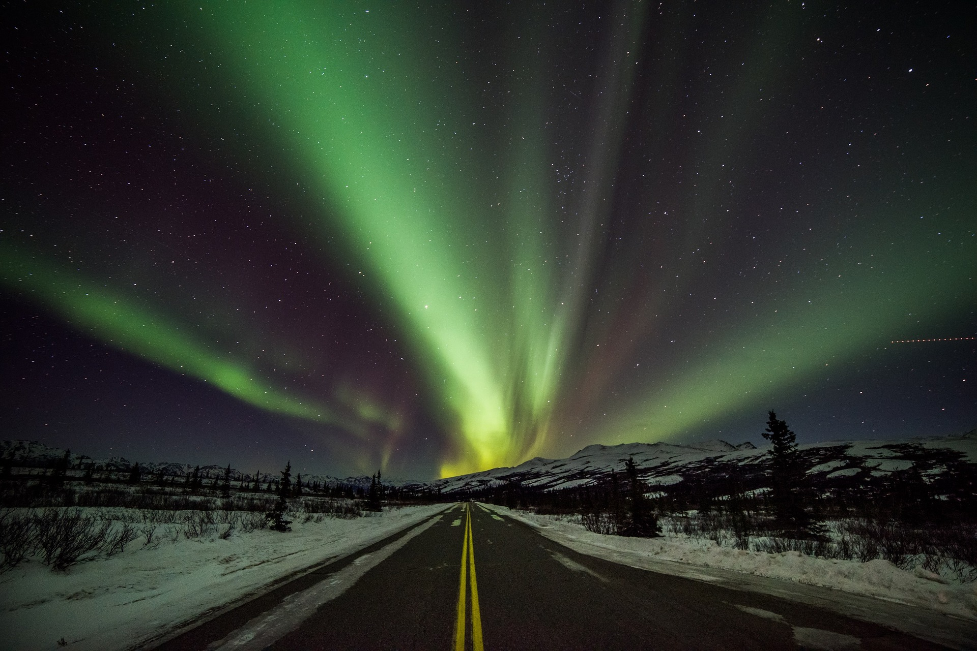 aurora-borealis-3715416_1920.jpg