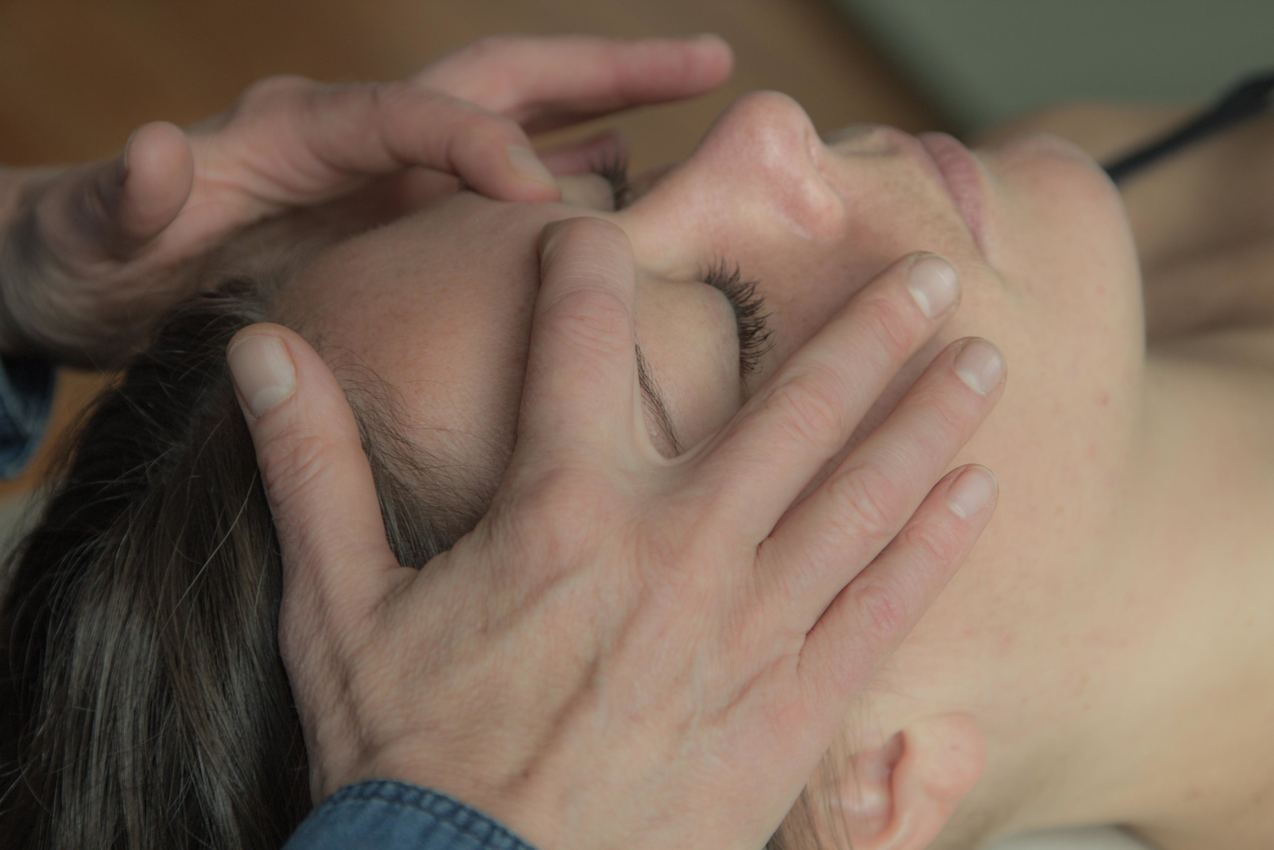 Zoneterapi behandling i ansigtet.
