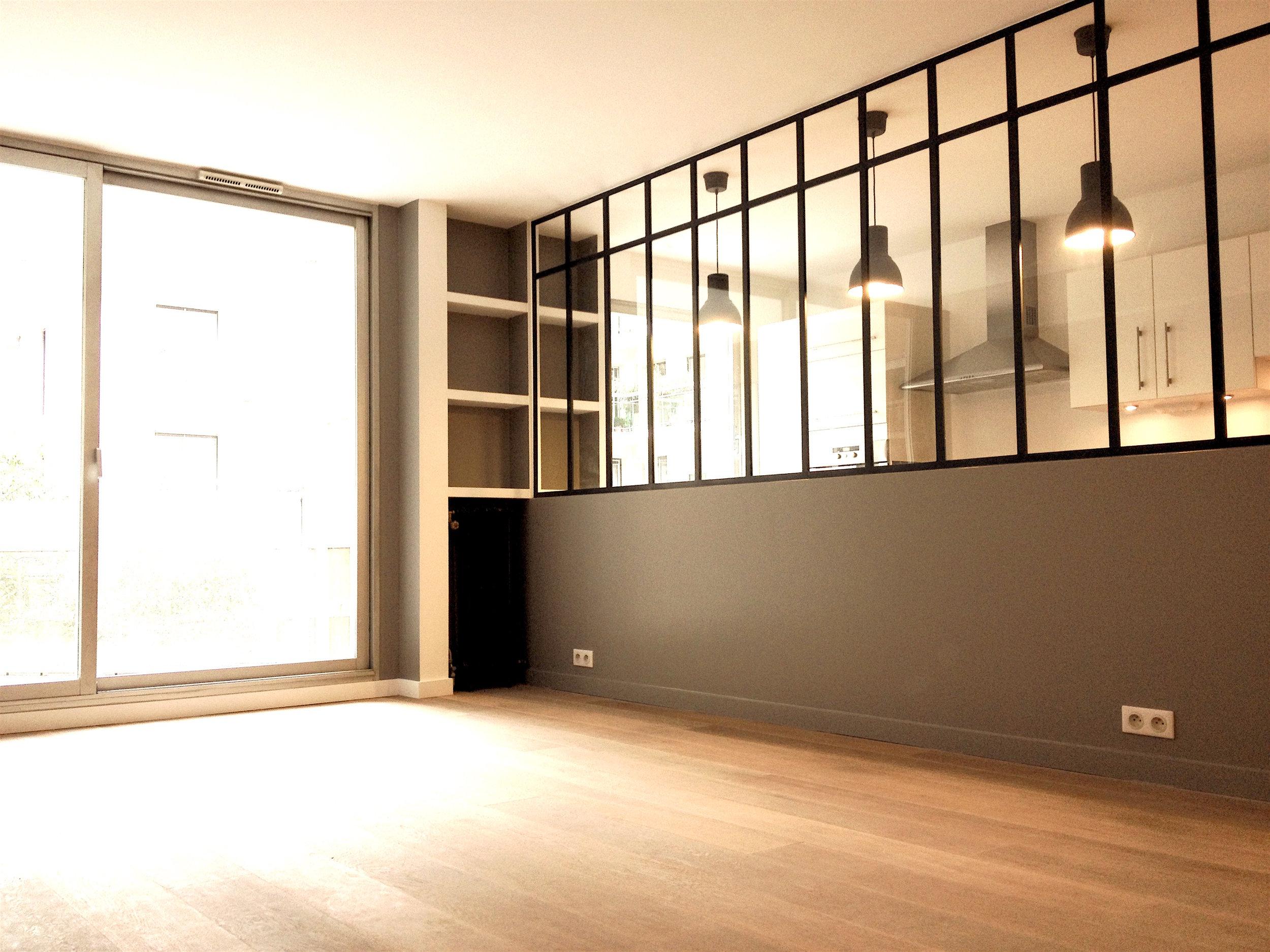 L'idée était d'apporter du style à un appartement familial sans charme d'un immeuble des années 1980.  Grace à une sélection de matériaux de bonne qualité, des éléments architecturaux et de décoration adaptés, le lieu a trouvé une personnalité, une identité qui reflète celle de ses propriétaires.