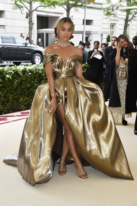 Jasmine Sanders looked absolutely stunning in gold! I love the floral accents she had in her hair. The look was so elegant and regal.